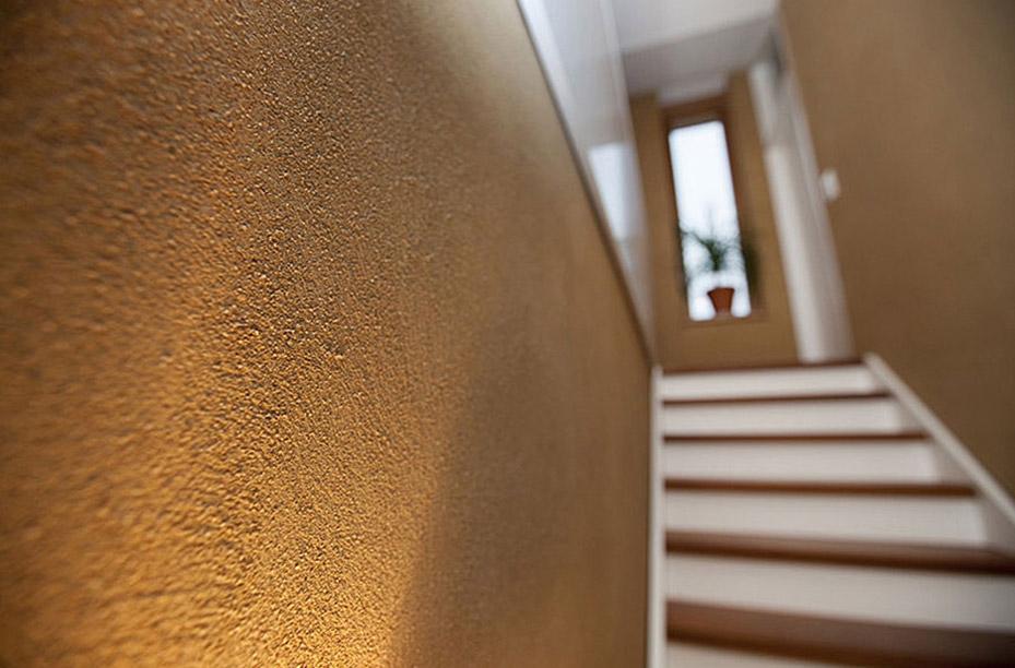 Lehmputz an einer Wand im Detail verarbeitet von EINWANDFREI aus Köln